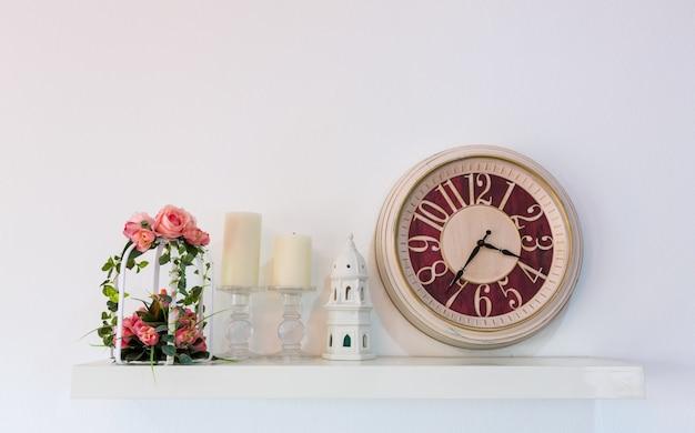 Mensola con oggetti decorativi d'epoca