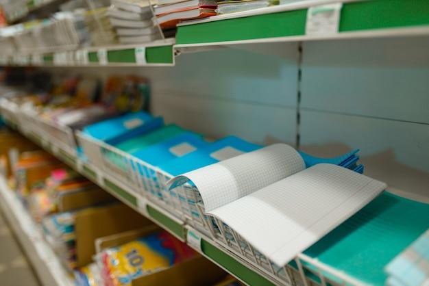 文房具店の檻の中のノート付きの棚