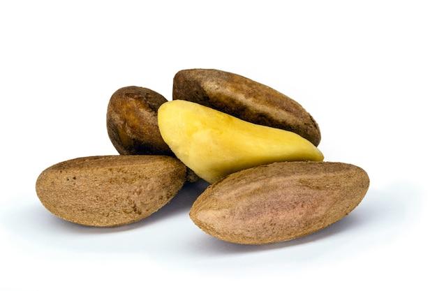 白い背景の殻付きブラジルナッツ、一般的な料理で使用される典型的なブラジルナッツ