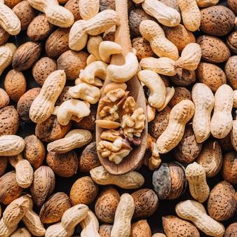 ミックス中の殻付きナッツ