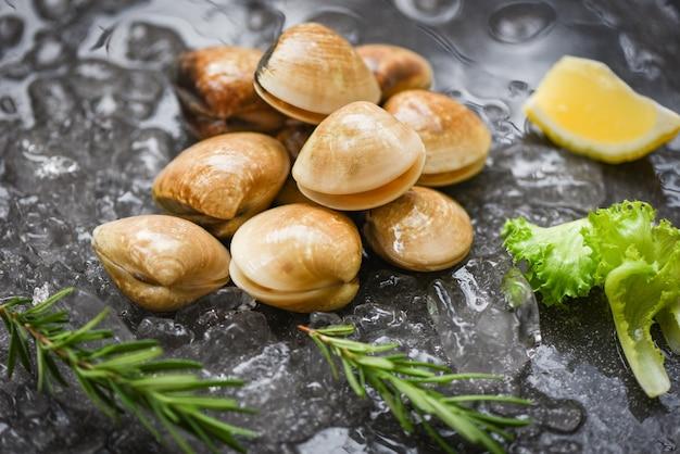 Shellfish on ice with herbs and lemon