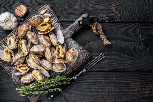 木製のまな板に貝殻ボンゴレ