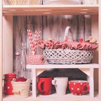 ぼろぼろのシックなスタイルでキッチンのラックの棚