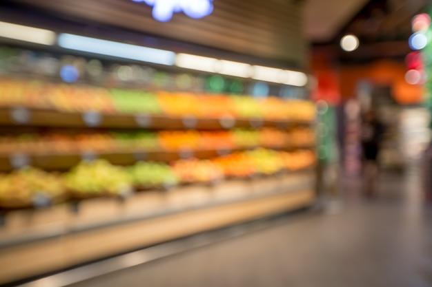 スーパーマーケットの棚。背景をぼかした写真を保存します。スーパーで野菜。