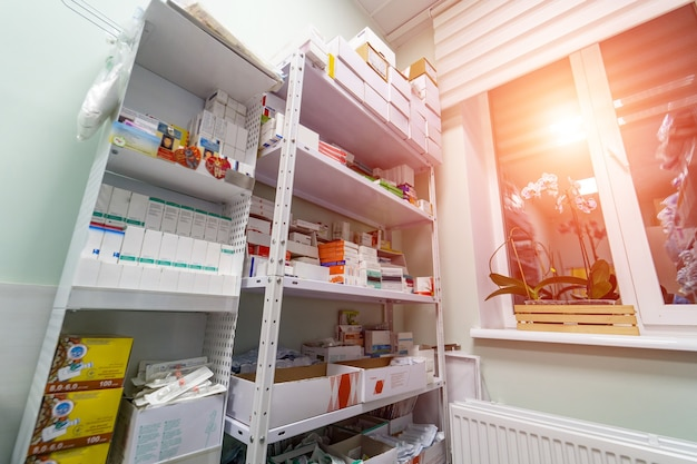 Полки с лекарствами в кладовой. аварийный набор. дезинфицирующее средство. скрабы, медицинские маски, антисептики, методы ухода и профилактики. covid-19 и выявление коронавируса. пандемия.