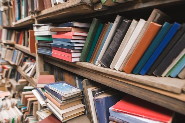 오래된 도서관에 책이있는 선반.