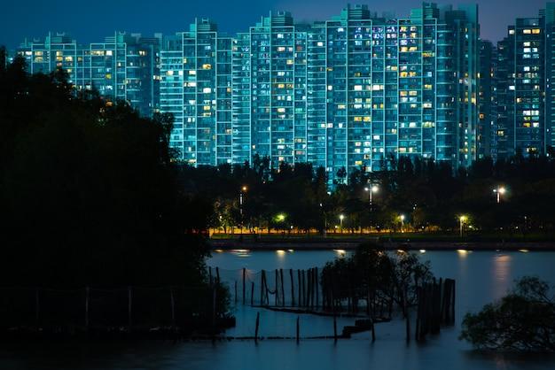 夜、深セン市の風景で深センタレントパークスカイライン