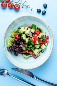 Салат из чабана с оливками и помидорами