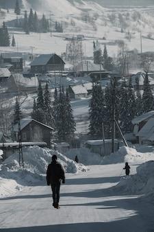 셰레게시, 러시아 - 2018년 12월 4일: 사람들이 서리가 내린 셰레게시를 걷고 있습니다.