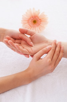 Шиацу. крупный план массажиста, массирующего руку клиентки