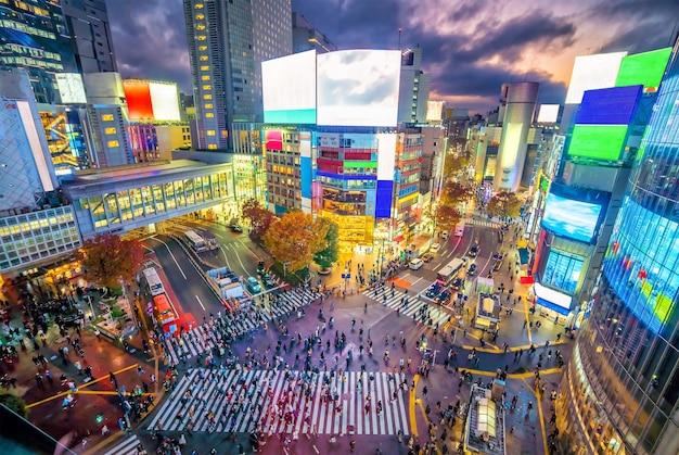 東京、日本の夕暮れ時の上面からの渋谷スクランブル交差点