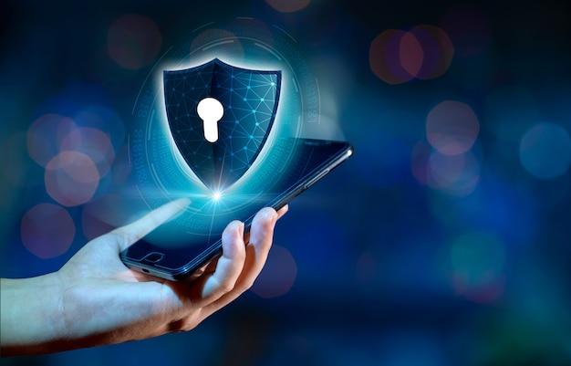 Интернет-телефон shield смартфон защищен от хакерских атак, брандмауэр бизнесмены нажимают на защищенный телефон в интернете. космическое сообщение