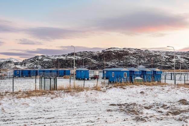 北極圏のシフトキャンプ、バレンツ海の海岸にある家。チェベルカ