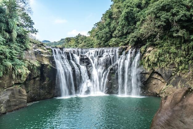 台湾最大のカーテンタイプの滝、十分風景滝