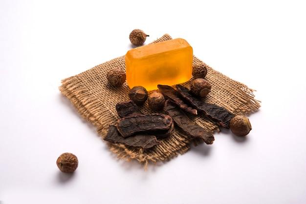 Шампунь и мыло shikakai с основными ингредиентами, такими как мыльный орех или рита, амла, лимон, масло