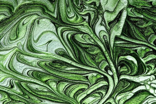 Блестящий мраморный зеленый фон, смешанные лаки для ногтей, концепция макияжа, красивые пятна, жидкая текстура