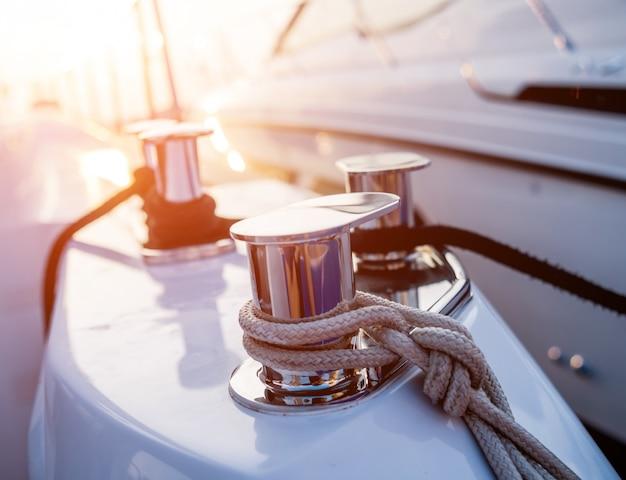 Блестящие металлические детали палубы яхты. дневной фон.
