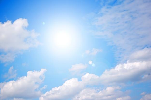 Яркое солнце на ясное голубое небо