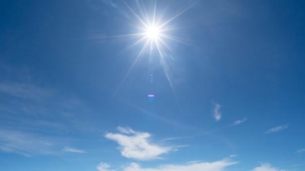 Яркое солнце на ясном голубом небе с объективом бликов солнечного света на фоне неба яркое солнце на голубом небе концепция природа и окружающая среда фон.