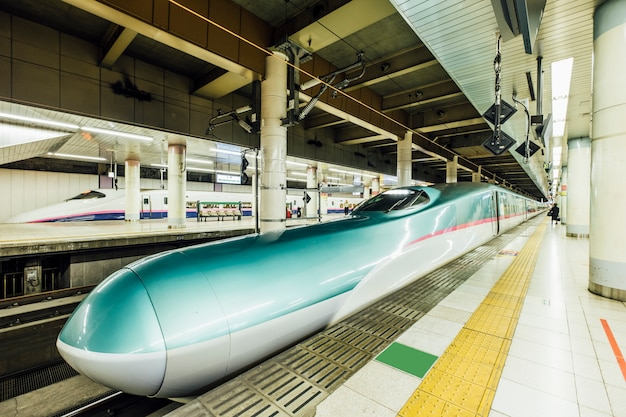 Скоростной поезд синкансэн на станции
