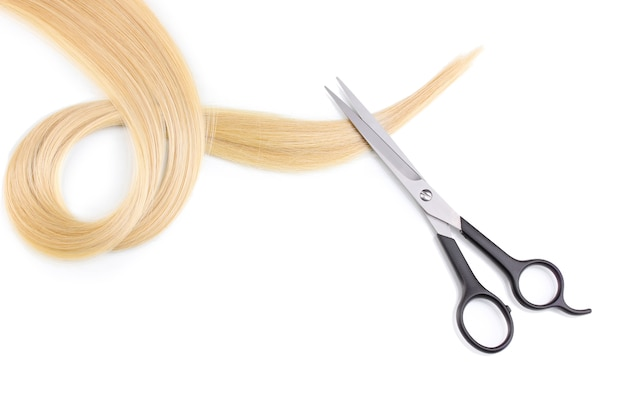 光沢のあるブロンドの髪と白で隔離される髪のカットはさみ