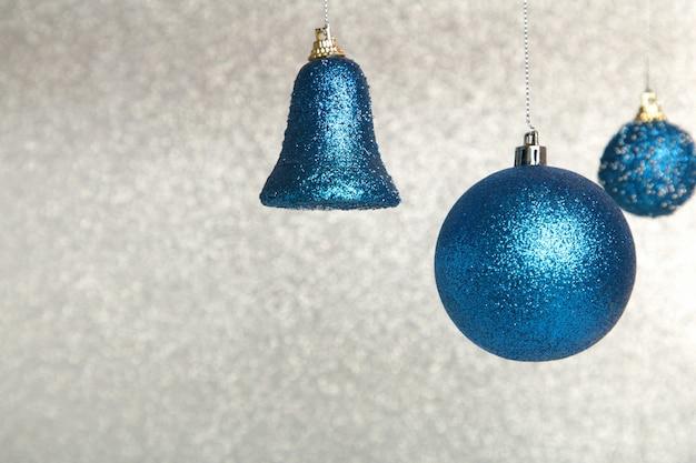 きらびやかな背景に光沢のある青いクリスマスボール。上面図