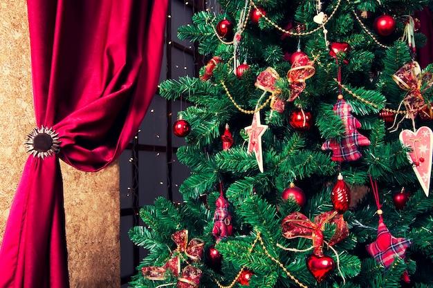 소나무 가지에 매달려 빛나는 크리스마스 공