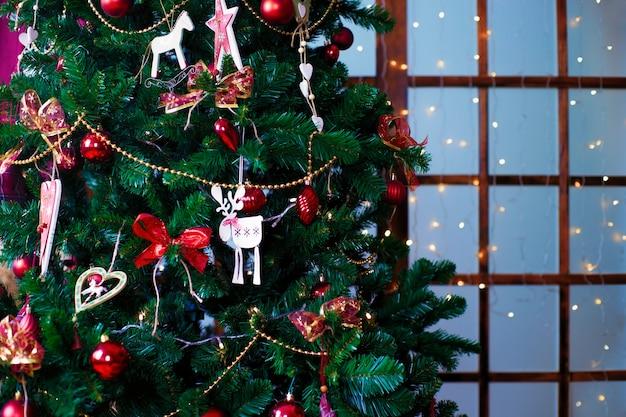 Блестящие новогодние шары, висящие на сосновых ветках