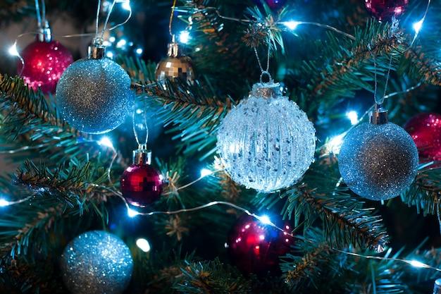 Блестящие новогодние шары на елке с гирляндой