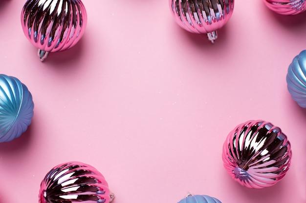 ピンクの装飾のための光沢のあるクリスマスの青とピンクのボール