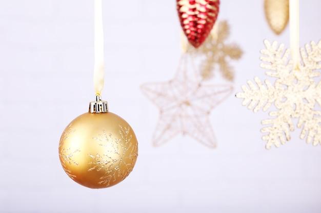 빛 흐릿한 표면에 매달려 빛나는 크리스마스 장난감