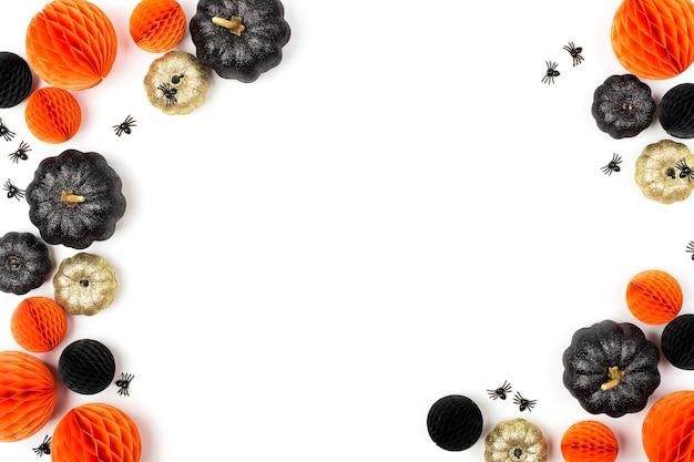 빛나는 장식용 호박과 벌집 공. 할로윈 장식입니다. 평평한 평지, 최고 전망의 세련된 휴가 개념.