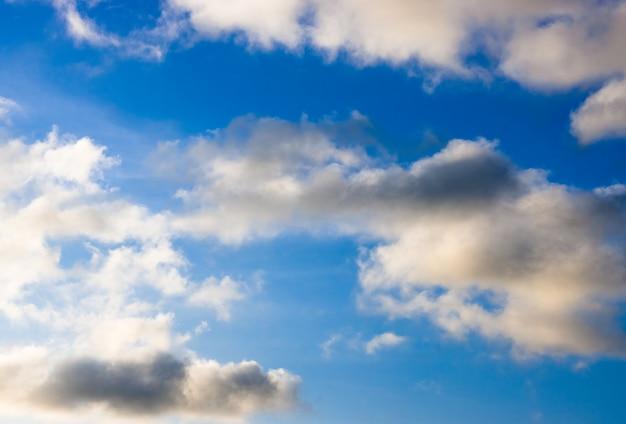 흰 구름과 함께 빛나는 극적인 푸른 하늘
