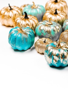반짝이는 금색과 파란색 호박. 할로윈 장식입니다. 트렌디한 휴가 개념.