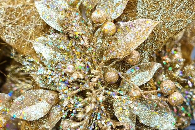 光沢のあるゴールドのクリスマススノーフレークのクローズアップ、クリスマスツリーのホリデーアクセサリー