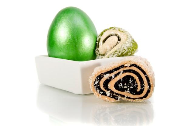 白地に光沢のある緑のイースターエッグ