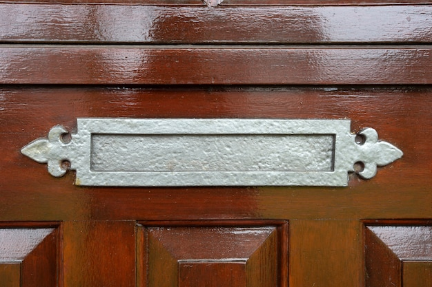갈색 구식 나무로되는 문, 고전적인 디자인 클로즈업에 빛나는 금속 우편함