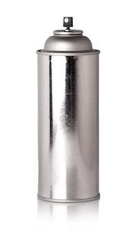 白い表面に彫刻を施した光沢のある金属製のボトル