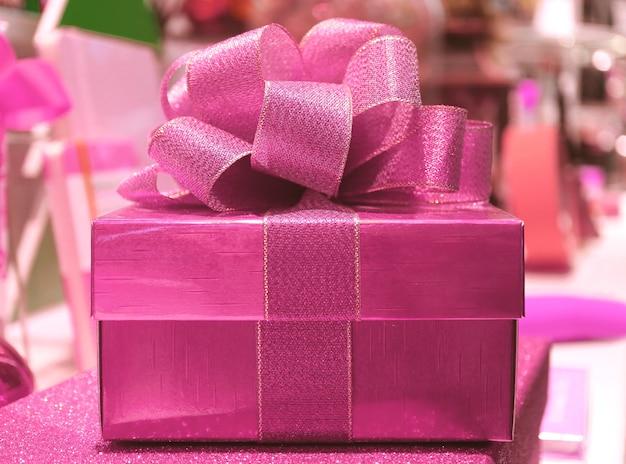 그 리터 핑크 리본 활과 반짝이 핑크 스퀘어 모양의 선물 상자