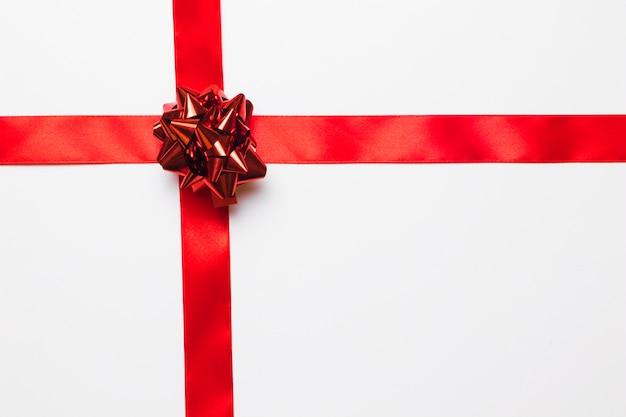 Блестящий красной подарочный бант с шелковой лентой