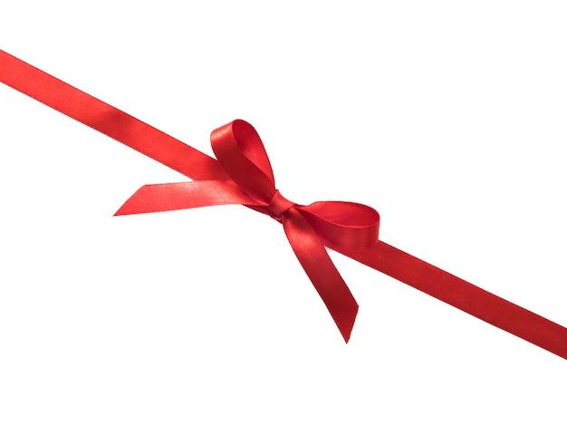 白い背景の上の光沢のある赤いサテンリボンの弓。
