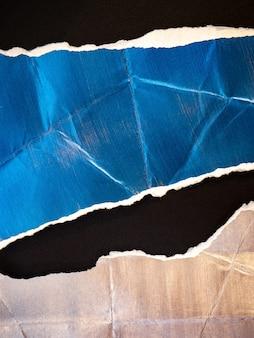 Фон из блестящей рваной и мятой бумаги с мазками кисти и текстурой краски.
