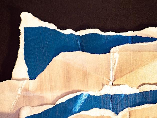 光沢のある破れたしわくちゃの紙の背景