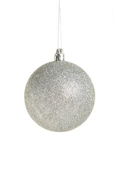 白い背景で隔離の光沢のあるシルバーのクリスマスボール。上面図