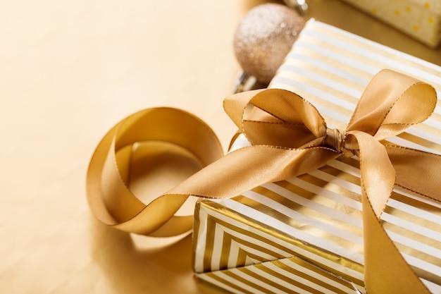크리스마스를위한 빛나는 포장 된 Giftbox 프리미엄 사진