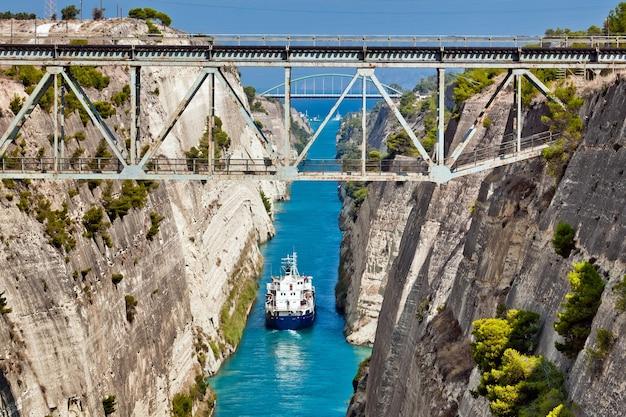 Корабль пересекает коринфский канал в эгейском море