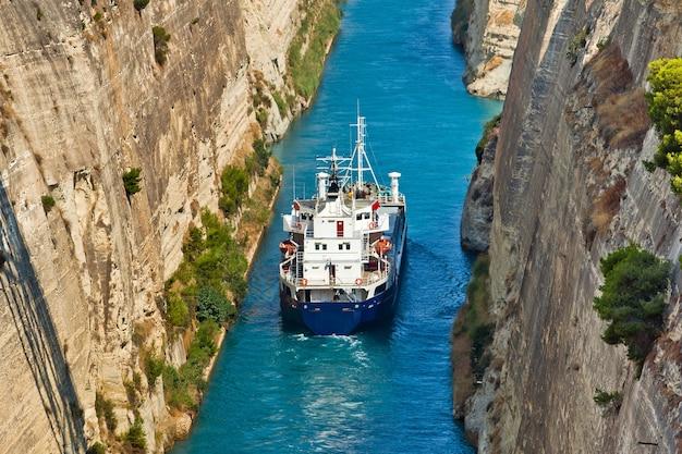 コリントス湾とサロニコス湾を結ぶコリントス運河を渡る船