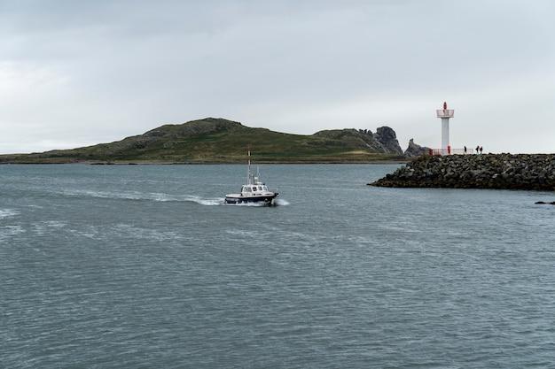 Howth港に入る船。