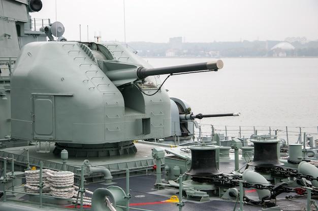 닫힌 배럴이 있는 배에 탄 사람을 위한 해치와 구획이 있는 선박 총. 비오는 우울한 날씨. 앵커 체인과 데크의 두꺼운 케이블.