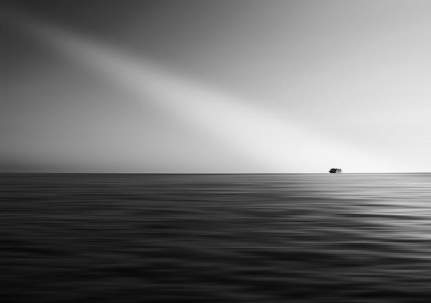 빛 누출 hd와 함께 바다에 배
